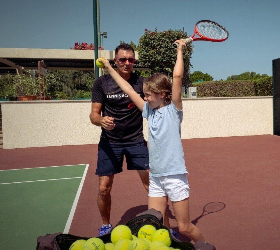 فتاة تتعلم لعبة التنس